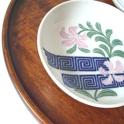 ゆりのお花がプリントされていて 古臭さなくモダンなデザインのお皿です