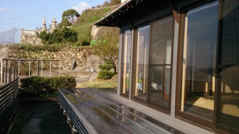 雨後の石段の家