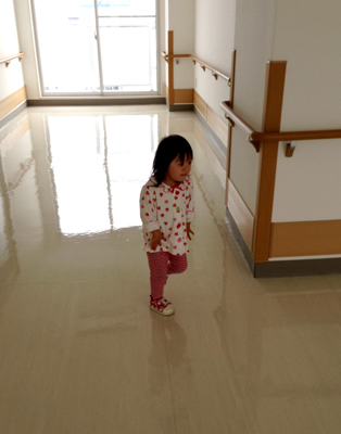 優ちゃん-病院歩く00.jpg
