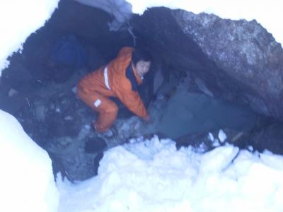雪を堀上げて源泉の確認作業中