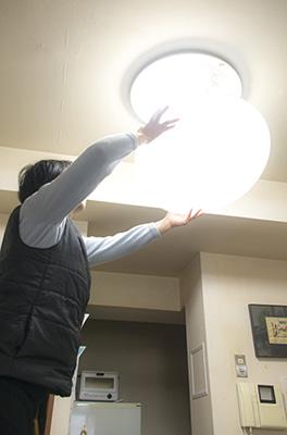 蛍光灯を交換する編集長