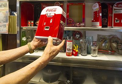 コカコーラの販売機の貯金箱
