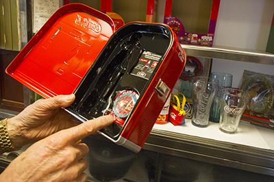 コカコーラの販売機の貯金箱の中