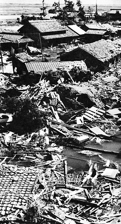 1959_Typhoon_Vera_damage_at_Handa.jpg