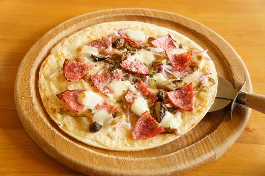 サラミとキノコのクリームチーズピッツァ