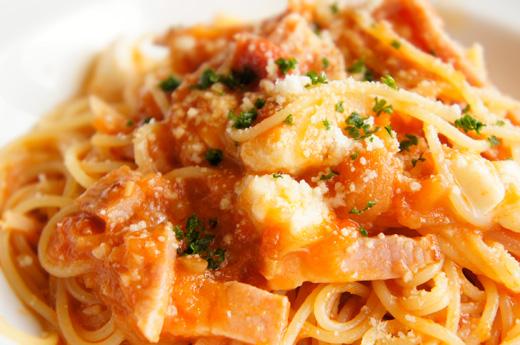 モッツァレラとベーコンのトマトソース