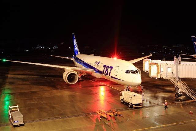夜の松山空港にてANA ボーイング787