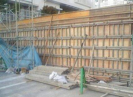 擁壁工事中