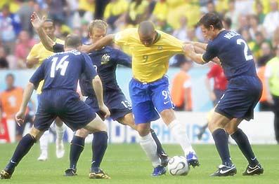敵に囲まれて悪戦苦闘?するブラジルのロナウド選手。