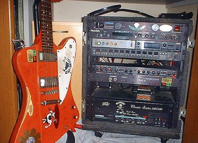 管理人「yass」のエフェクター・ラックとギター。
