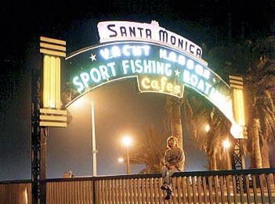 ルート66号線の終着点であるサンタモニカ、桟橋入り口にて。