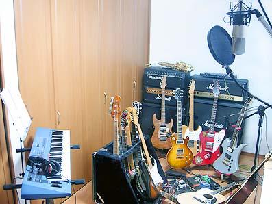 ギターを15本くらい取っ替え引っ替えしながらレコーディングしている、の図(笑)。