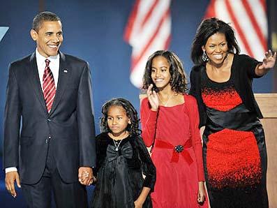 アメリカで初めて黒人の大統領となったバラク・オバマ氏とその家族。