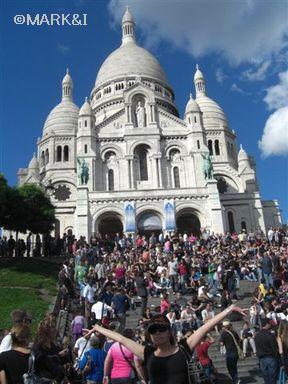 モンマルトル、サクレ・クール寺院前。すっごい大勢の人たちが集って、ギター演奏したり。まあくもひと踊りしてきました。