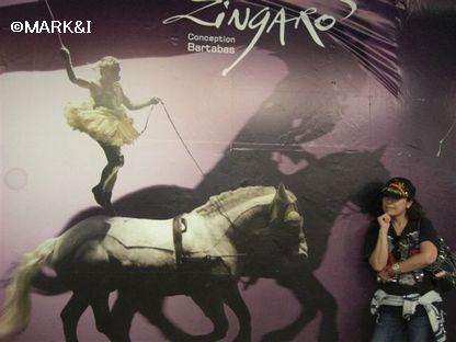 地下鉄エチエンヌマルセル駅にあった「Jingarono」のポスター。