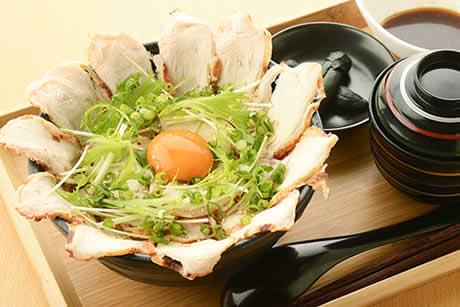 『ローストチキンたまご丼』写真