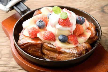 『たまごぷりんで作った〜新鮮果実のとろけるフレンチトースト』写真