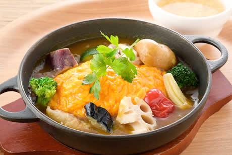 『蔵王うみたて卵と夏野菜のカレーオムライス』商品イメージ写真