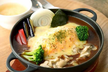 『蔵王うみたて卵と収穫野菜のチーズカレーオムライス』商品イメージ写真