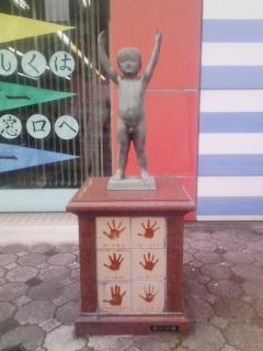 銀行前の銅像