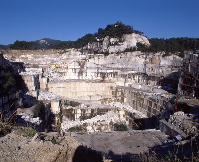 巨大な石切山脈
