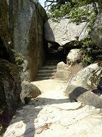 頂上へ行く道 くぐり岩
