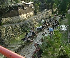 川で涼む人々