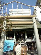 白神神社です 大きな樽がありました