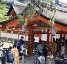 行列は神社の中へ