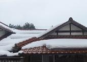 民家の屋根にどか雪
