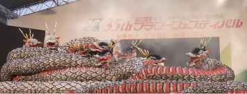 大蛇達のパフォーマンス