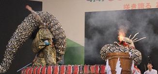 大蛇が火を吐いて怒ります