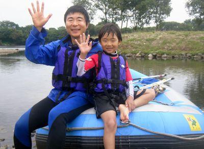 お父さんと一緒に川遊び堪能