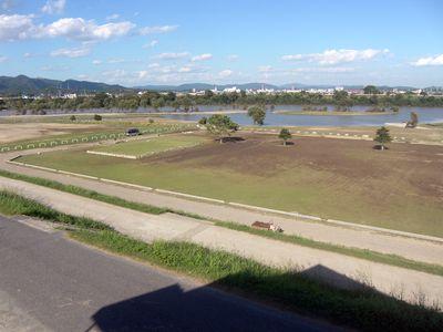 だだっ広い芝生広場が泥だらけに