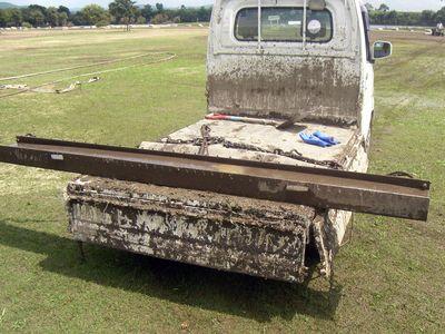鉄骨を軽トラで引っ張って泥を集めます