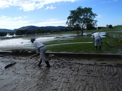 とんぼで泥をかき出します