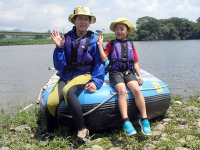 お母さんと二人で川遊び