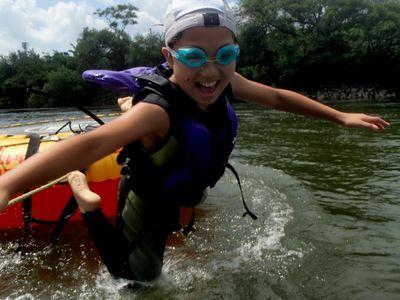 飛び込んでも楽しい水上トランポリン