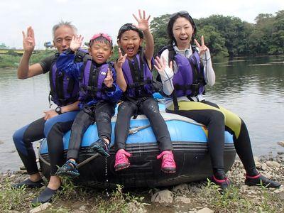 家族みんなで川遊び楽しみました