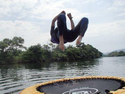 回転力と高さがスゴイ水上トランポリン