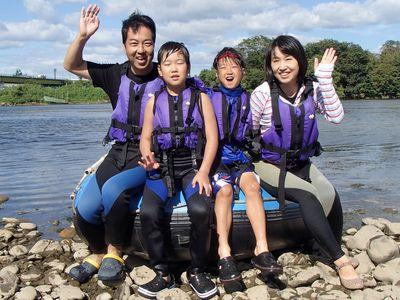 家族みんなで川遊び