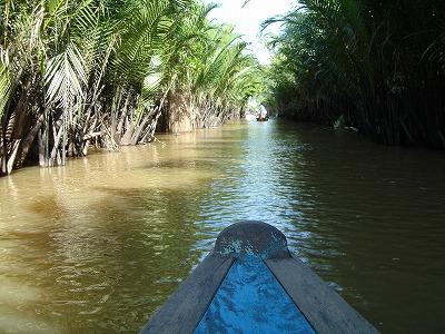 小さなボートを漕いで水路を進む