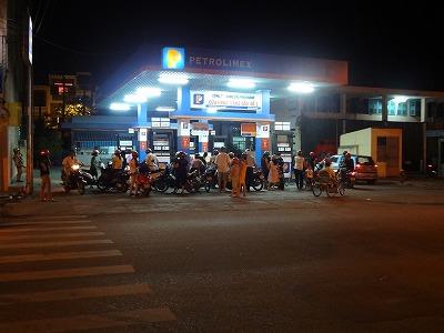 なぜか繁盛しているガソリンスタンド