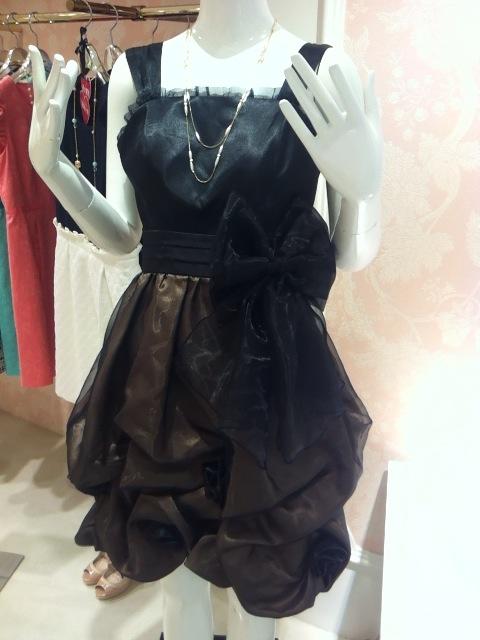e69d3cd68bce2 バラのお花が散りばめられているバルーンスカートドレスです!