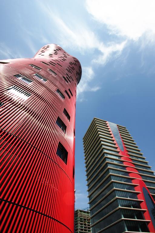 Hotel Porta Fira Ito Toyo 真っ赤でねじれた建築