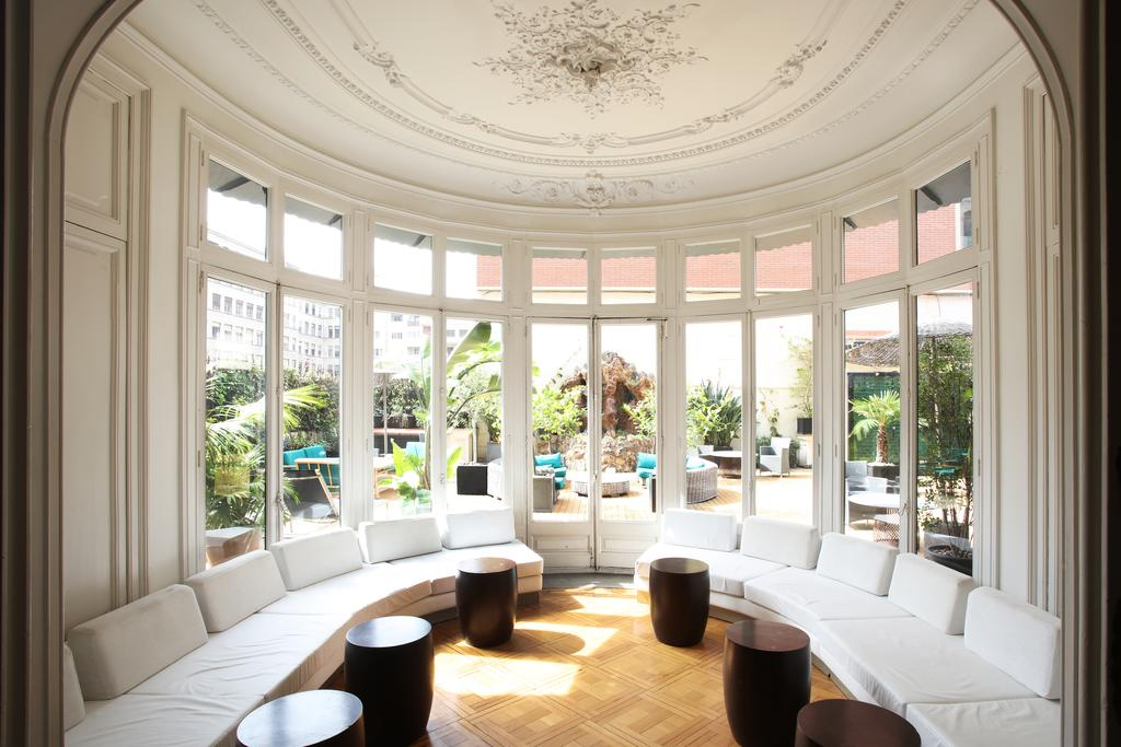 Praktik Ramblas Pictures from Booking.com 中庭が見える大きな窓の前のサロン