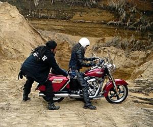 バイクの向こう側は崖状の大穴