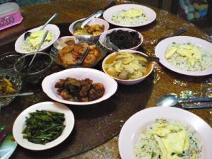 目玉焼きのせ炒飯、にんにくの芽の炒め物、鶏肉料理、筍のスープ、さつま揚げのトマト煮、ヤギや牛のフレーク状のもの、等
