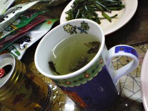 ミャンマーのお茶。奥に見えるのはお土産に持って行った日本のフリカケや味噌汁の具(乾燥したもの)