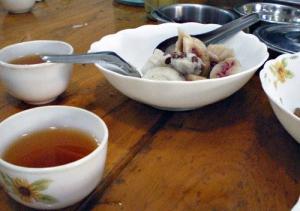 豆餅の様なもの(ほんのり甘い)と、お茶